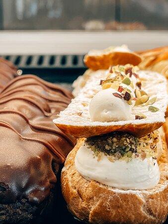 •Εκλέρ με κρέμα πατισερί, βανίλια Μαδαγασκάρης και κομμάτια κουλί μάνγκο •Σοκολατένιο εκλέρ με κρεμέ σοκολάτας υγείας 72% κακάο  Βρείτε τα και στο νέο μας κατάστημα στο Φοίνικα! 📞2281042042  photo @georgioucreative