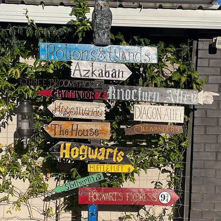Bickley, Australie: Potions and Wands, road sign out the front