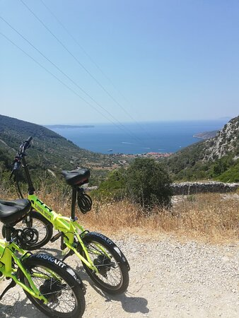 After an easy ride from Vis, finally arrived at Komiza with the e-bikes!