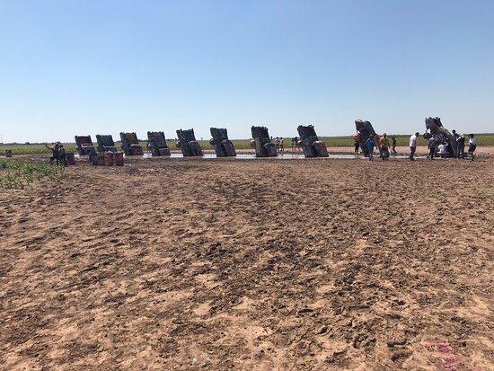 Trash left on the ground.  – Bild från Cadillac Ranch, Amarillo - Tripadvisor