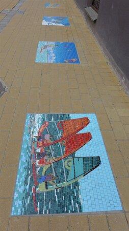 Zelenogradsk, Ryssland: Mosaic on the sidewalk. Very original.