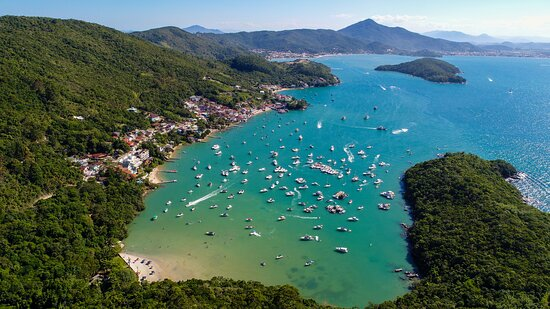 Porto Belo, SC: ma das praias mais famosas do estado de Santa Catarina, a praia do Caixa D'Aço, reúne beleza, diversão e um clima muito agradável para curtir um dia inesquecível.