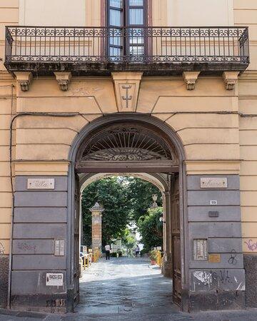 Wettin Club si trova all'interno di Villa Menna a Portici, Corso Garibaldi 115.