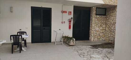 Un Hotel con camera vista muro , con  Fantozzi in vacanza .