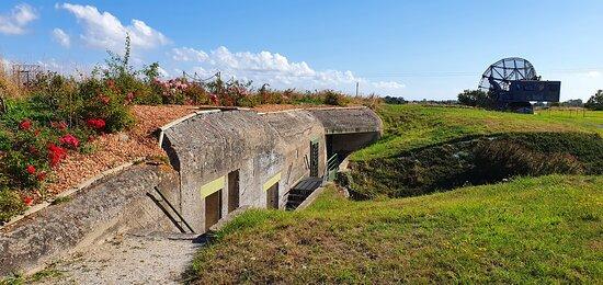 """Douvres-la-Delivrande, France: Visitez le bunker de type L479 ou  """"Anton""""  sur deux étages complets, servant de poste de commandement et sa salle d'opérations du traitement de l'information des 5 radars de la station..."""