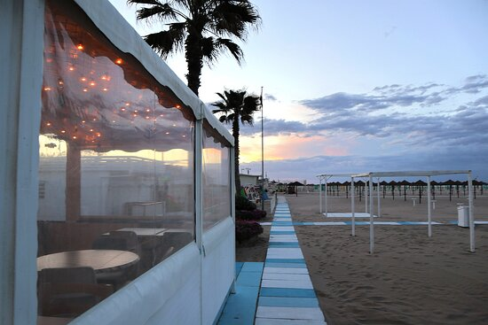 Un'atmosfera da sogno sulla spiaggia di Rimini
