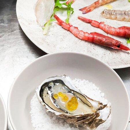 Ostrica Cristalda con perle di Gin Selezione di pesce crudo