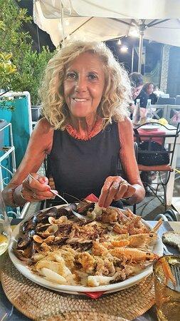 Ubaldina che gusta il misto gratinato di pesce.