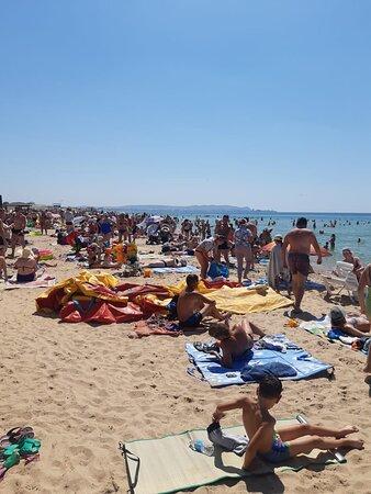 Пляж полный