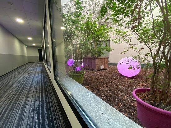 Couloir avec vue sur la patio