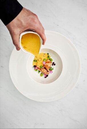 Сливочный крем-суп с лососем, эдамаме и пармезаном