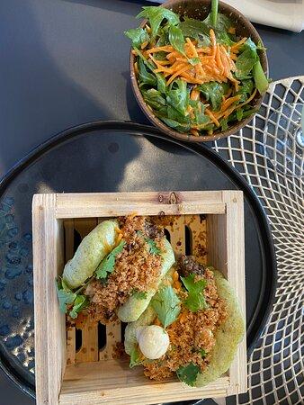 Bao Buns Boeuf Bourguignon – Pickles de champignons – Julienne de carotte – Crumble de bacon