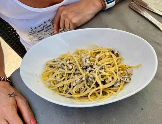 Spaghetti con acciughe fresche , pinoli e Vermentino … abbinamenti azzeccatissimi , ma che bontà 😋
