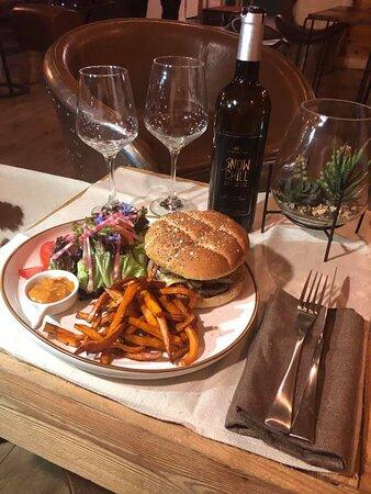 Snow chill burger: Pain au pavot, steak hachée pur boeuf, tomme de montbardon, poitrine fumée, échalotes confites, aubergines et tomates cerise grillé, sauce relevée, frites de patates douce