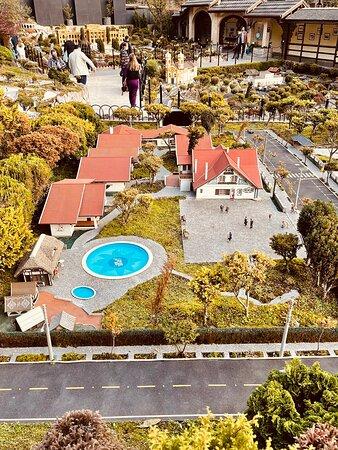Fotos do mini mundo mostrando nosso chalé com piscina, totem da recepção e um pedido de desculpas pelo atraso do room service