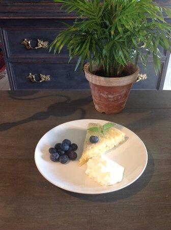 Ananaskaka medvispgrädde och blåbär