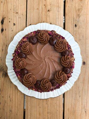 """""""El Pastel de Chocolate"""" con relleno de crema de chocolate y trufa de chocolate."""