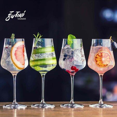 """Cocktails πριν το φαγητό, μετά το φαγητό ή και με το φαγητό, για όσους δεν προτιμούν το κρασί. Κλασικά αλλά και """"πειραγμένα"""" cocktails από το μπαρ του ξωτικού που σερβίρει και το εστιατόριο από τις 7 μμ ως τα μεσάνυχτα."""