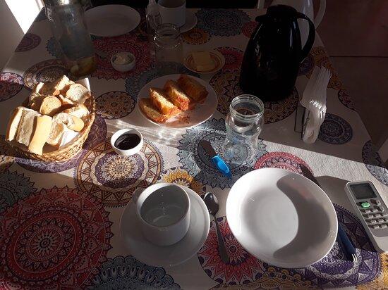 Saladillo, الأرجنتين: Merienda con mermelada casera, torta de manzana y cafe con leche...