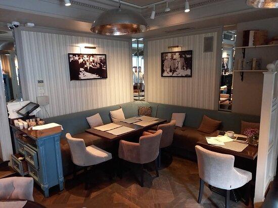 Другой зал ресторана.