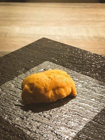 我又黎Omakase了,對自己好啲😍  ✨北海道白海膽 ~其實唔係好知咩叫白海膽,唔知係咪白色呢🤣。不過食落原來同平時買外賣食開嘅有好大分別,質感軟滑豐腴,入口特別鮮甜。  ✨大拖羅 ~即係魚腩位,入口一刻已經感覺在口腔慢慢溶化,再加以細嚼,真正感受到那種肥美😍  ✨小肌 ~即係左口魚,食落比較爽滑,有淡淡的海水味,夠晒鮮甜,沾上一點Wasabi已經好足夠。  ✨禾稈草煙燻鰹魚 ~半生熟嘅魚肉,好有口感,煙燻味恰到好處,又冇帶走魚嘅鮮味,好難得👍睇得出廚師廚藝嘅精湛!