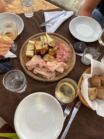 Lekker eten, lekkere wijnen, goede ambiance