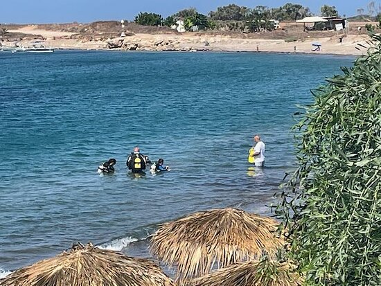 Discover SCUBA Diving with Pissouri Bay Divers: From far away, the parents are enjoying the show in front of a cold bier!