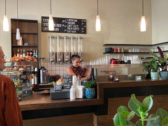 Das Baretto mit neuer Inhaberin.  Persönlich Authentisch Berlin Exzellenter Kaffee, Focaccia zum Verlieben, frische Säfte, sehr viel Bioware, … Noch habe ich nichts zum meckern entdeckt;-))