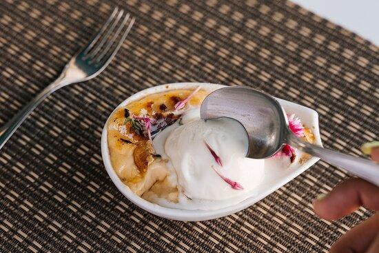 Leite creme perfumado com tomilho acompanhado com gelado de natas