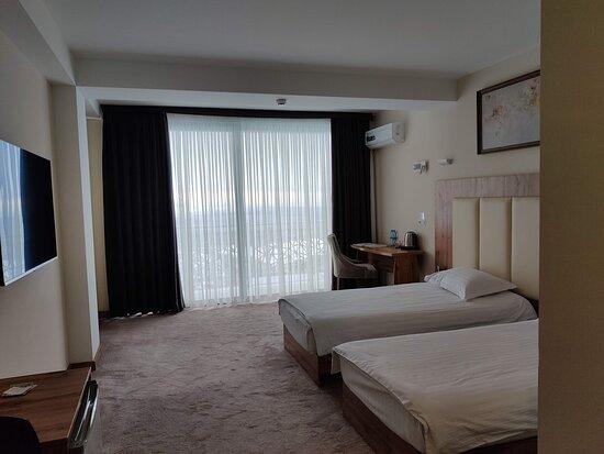Убранство комнаты с панорамным окном.