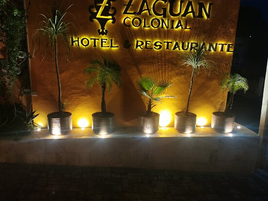 Letrero del restaurante y del hotel