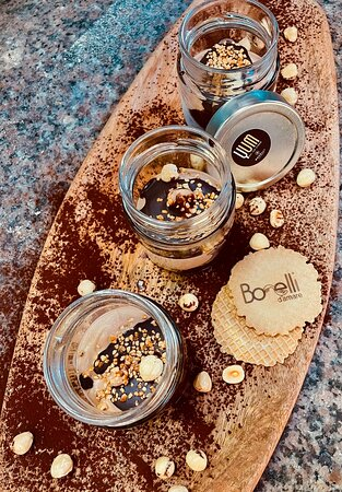 Barletta, Italy: YUM CAKE ROCHER.. crumble di biscotto croccante, mousse di gelato artigianale senza glutine e senza lattosio