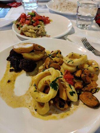 Вкуснейшая морская еда, каждый день. Тут кольца кальмара, моллюски и жареная печень (не зашла)
