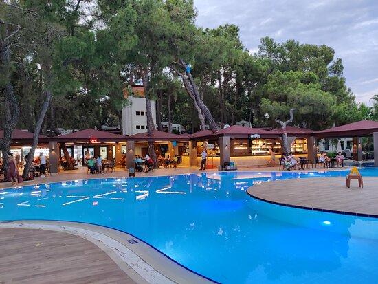 Вечернее время у бара рядом с основным бассейном. Шикарнейшая атмосфера, напитки на любой вкус, бриз с моря.