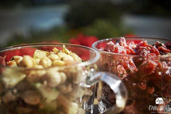 Une variété de salades estivales