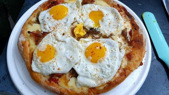 está pizza es la reina de las gulas. Bacon, cebolla caramelizada y huevo frito!