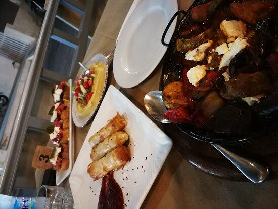 Entrata del locale con alcuni piatti tipici.
