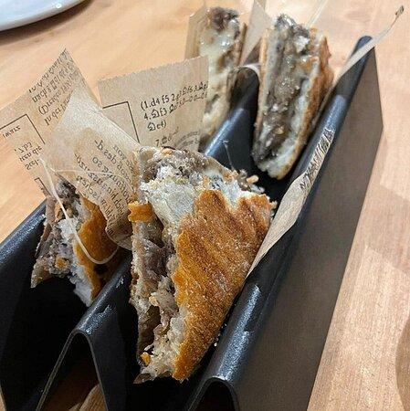 Pan de coca, cremoso queso trufado y berenjena