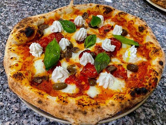 Pizza calabrese , pesto di pomodori Rossi secchi, ricotta vaccina Silana, soppressata dolce San Vincenzo , olive verdi artigianali , basilico fresco e olio evo!