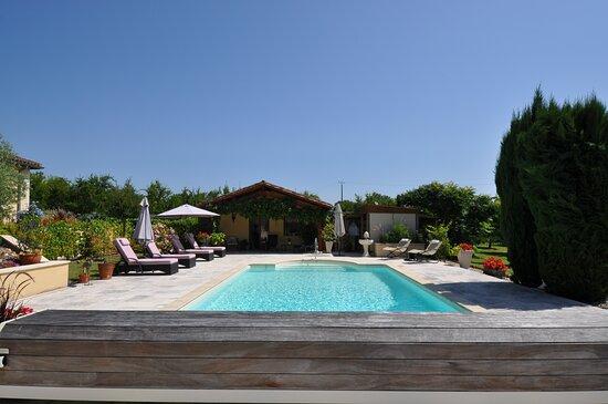Rear Terrace – Bild von Les Trois Chenes, Saint Colomb de Lauzun - Tripadvisor