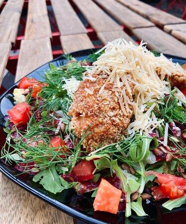 sałata z kurczakiem w panko i parmezanem/salad with chicken strips in panko and parmesan cheese