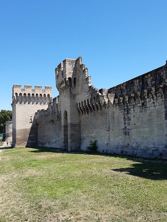 The city walls of Avignon (July 2021)