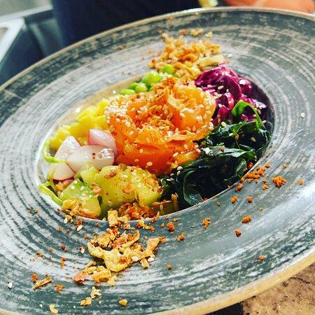 Healthy POKEBOWL saumon LABEL ROUGE ,concombre, avocat, algue wakamé marinée, graine de sesame, radis, mangue, petit pois haricot vert