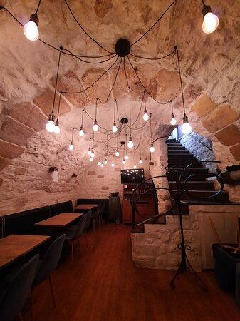 Très belle salle en sous-sol sous les voûtes médiévales.