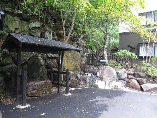 駐車場横の飲泉場