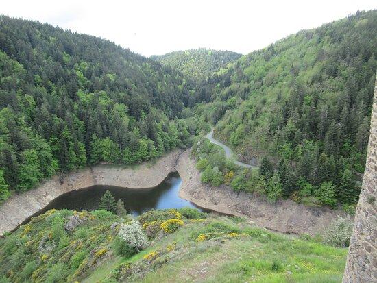 rivière d(Alleuze dominé par le donjon