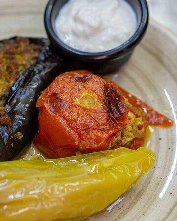 Овочева Долма — це запечені у власному соку фаршировані ніжною ягнятиною помідори, перець і баклажани. Чудове поєднання м'яса та овочів.  📲093 000 22 02 📍Бессарабська площа 2  #киев #ресторан #kiev #рестораны #Kyiv #рестораныкиева #мастершеф #вкусно #kievgram #kievblog
