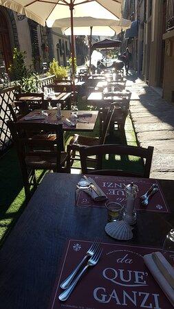 Tavoli e ombrelloni