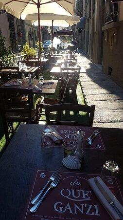 Tavoli e ombrelloni al tramonto