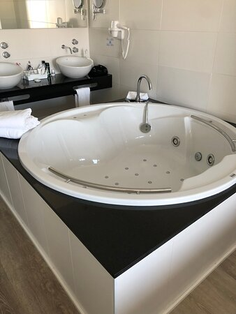 Good jacuzzi - highly recommended to have one in your room after long ride!